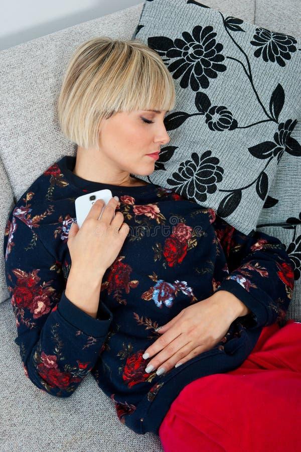 Atrakcyjny kobiety drzemanie przy kanapą obrazy stock