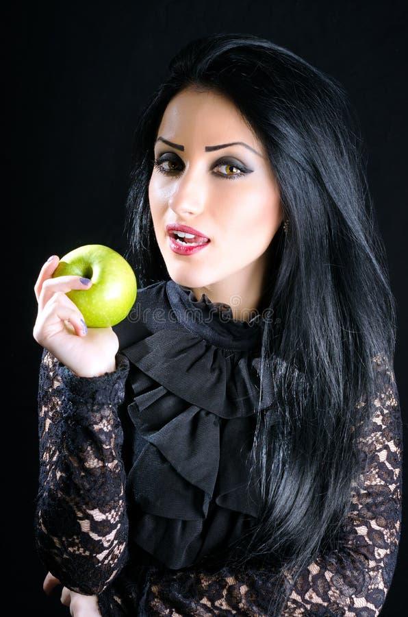 Atrakcyjny kobiety mienia zieleni jabłko zdjęcia stock