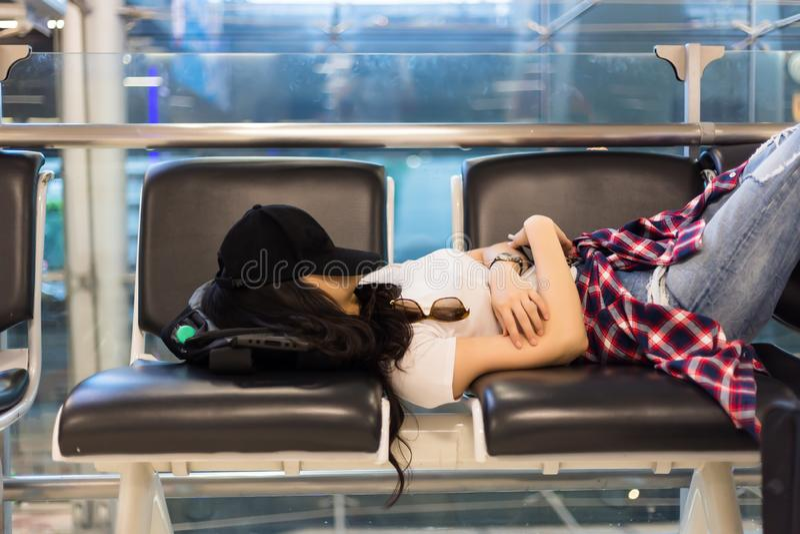 Atrakcyjny kobiety odczucie próbujący i zanudza, lot dostaje póżno, opóźnienie zdjęcia royalty free