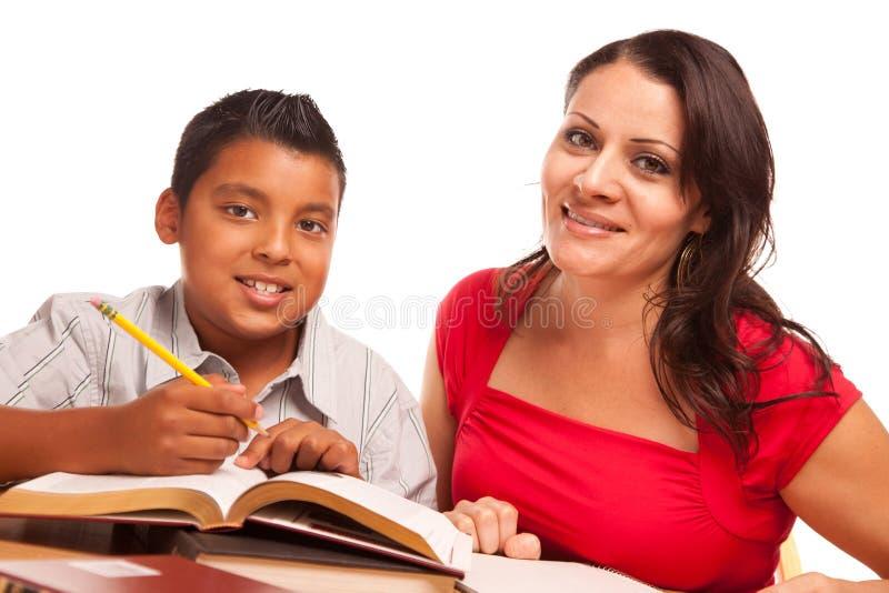 Atrakcyjny latynosa syna i matki studiowanie zdjęcie royalty free