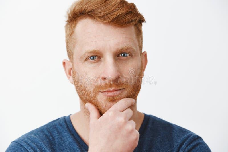 Atrakcyjny mądrze biznesmena przesłuchanie za ciekawym pojęciu pracodawca, lubić nowego świeżego pomysł, naciera brodę z fotografia royalty free