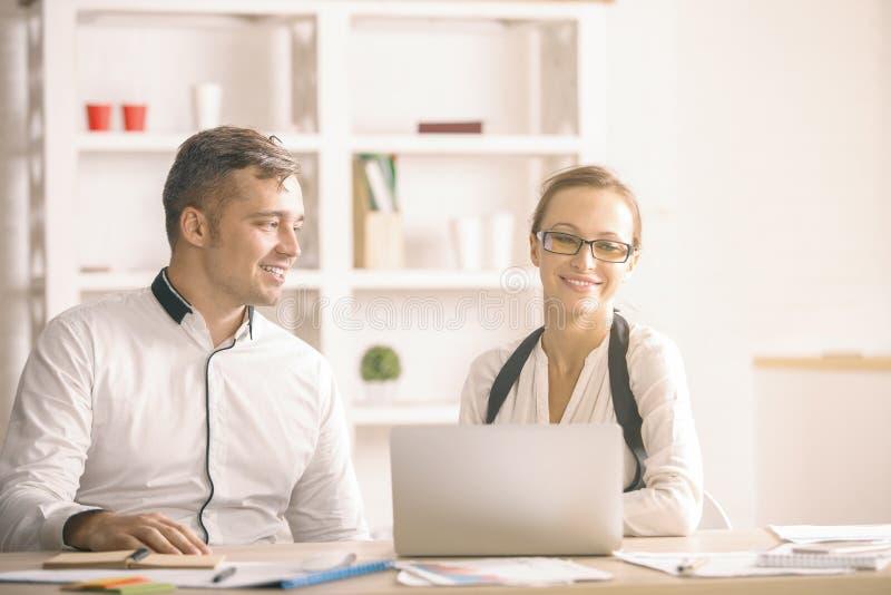Atrakcyjny mężczyzna i kobieta w biurze fotografia royalty free