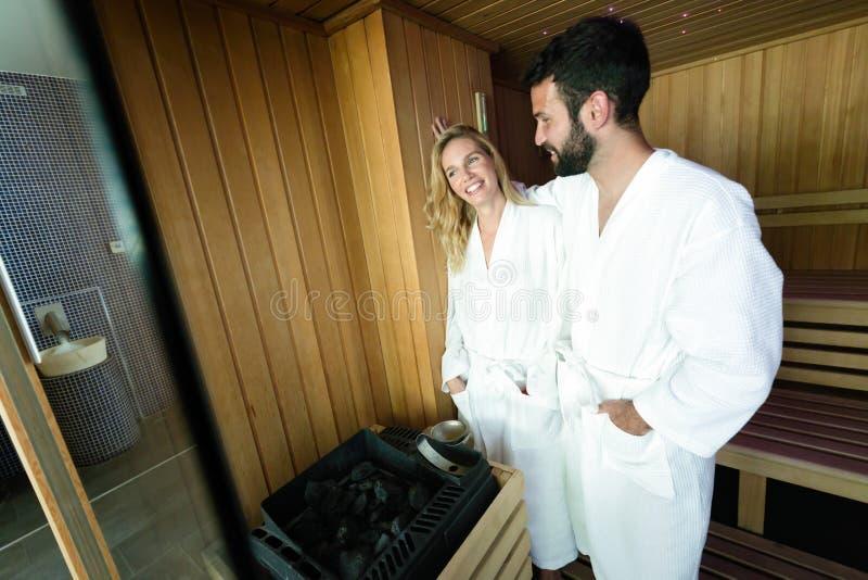 Atrakcyjny mężczyzna i piękna kobieta w sauna zdjęcia stock