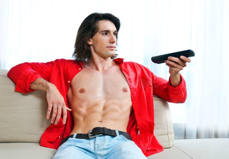 Atrakcyjny mężczyzna na kanapie obrazy royalty free