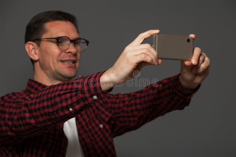 Atrakcyjny mężczyzna robi selfie na smartphone obrazy stock