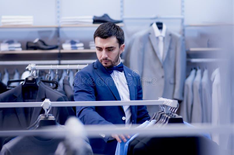 Atrakcyjny mężczyzna w butiku odzież obrazy royalty free