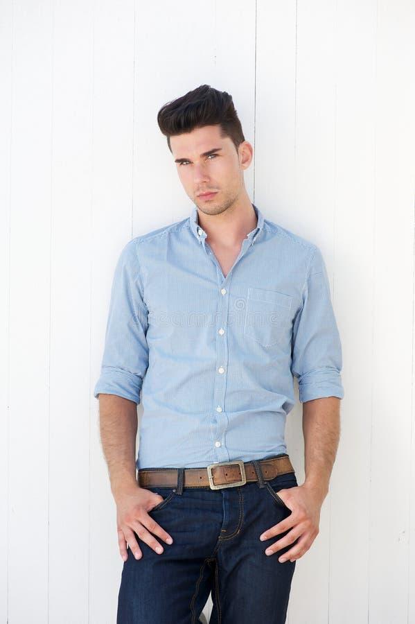 Atrakcyjny męski moda model w niebieskich dżinsach i koszula zdjęcia royalty free