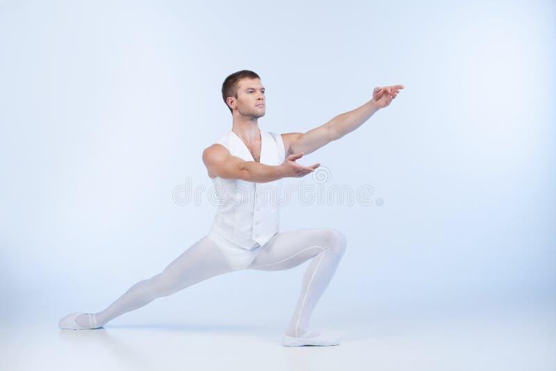 Atrakcyjny męski tancerz pozuje i postępuje. zdjęcie royalty free