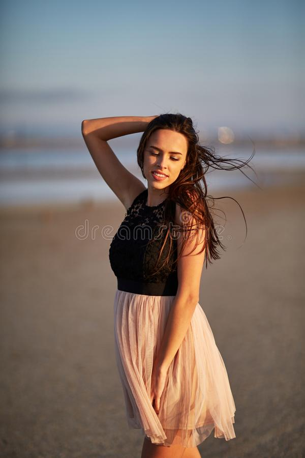 Atrakcyjny młodej kobiety odprowadzenie na naturalnym tle Elegancka kobieca dziewczyna naturalny piękna pojęcie obrazy royalty free