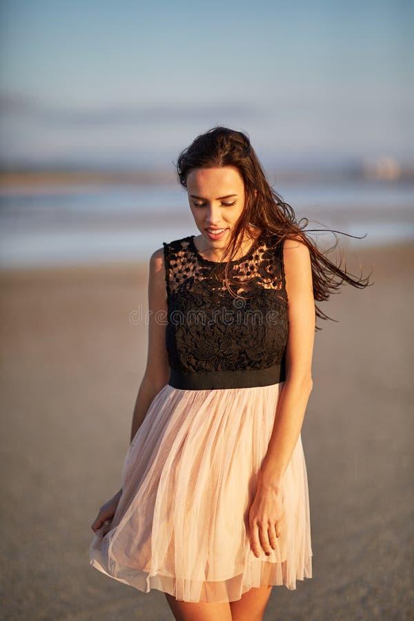 Atrakcyjny młodej kobiety odprowadzenie na naturalnym tle Elegancka kobieca dziewczyna naturalny piękna pojęcie fotografia royalty free