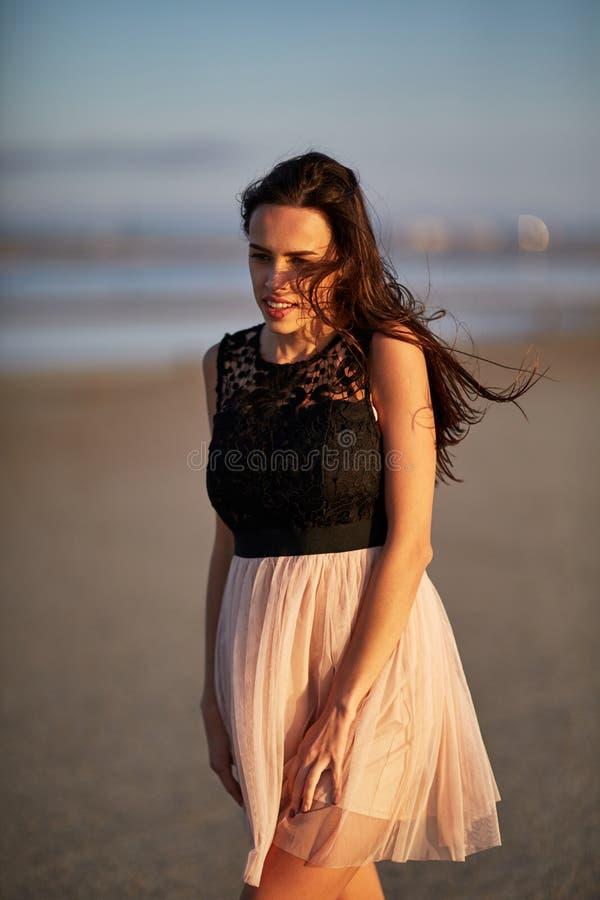 Atrakcyjny młodej kobiety odprowadzenie na naturalnym tle Elegancka kobieca dziewczyna naturalny piękna pojęcie fotografia stock