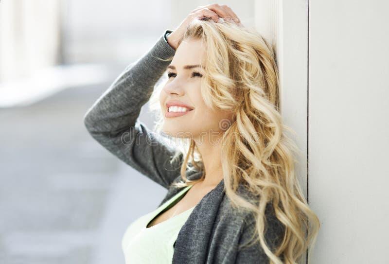 Atrakcyjny młodej kobiety ono uśmiecha się zdjęcia stock