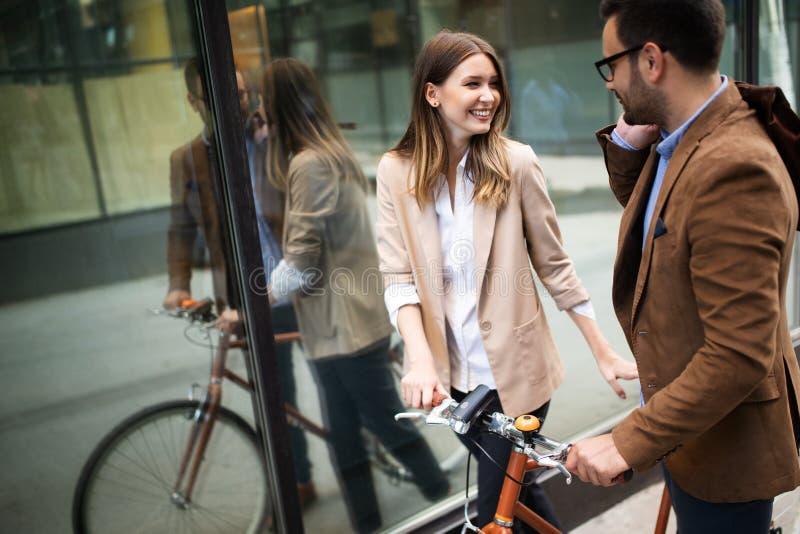 Atrakcyjny młody biznesowy pary obejmowanie przy ulicą fotografia stock