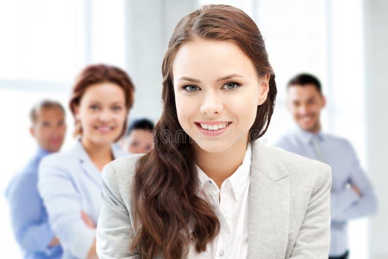 Atrakcyjny młody bizneswoman w biurze obraz stock