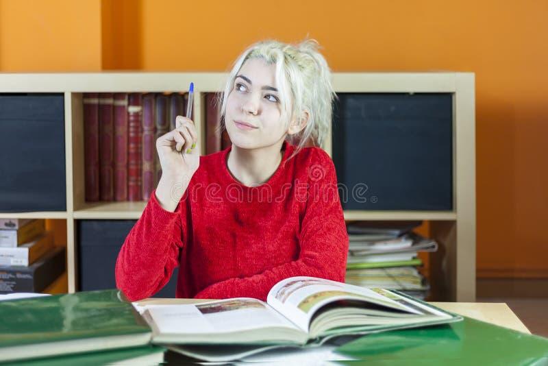 Atrakcyjny młody blondynki kobiety studiowanie w pokoju fotografia royalty free