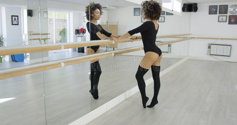 Atrakcyjny młody tancerz ćwiczy przy barem zdjęcie stock