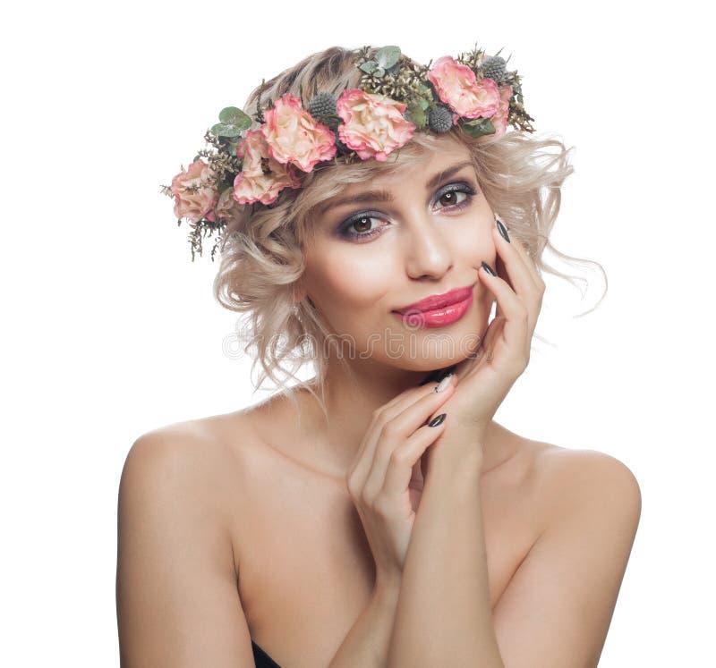 Atrakcyjny model z uzupe?nia kwiaty i skacze pi?kn? blondynk? w izolacji white obrazy stock