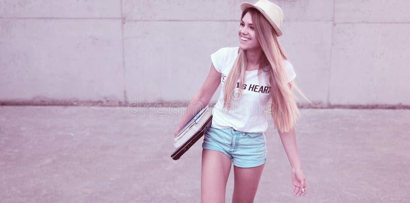 Atrakcyjny modny młody żeński uczeń zdjęcia royalty free