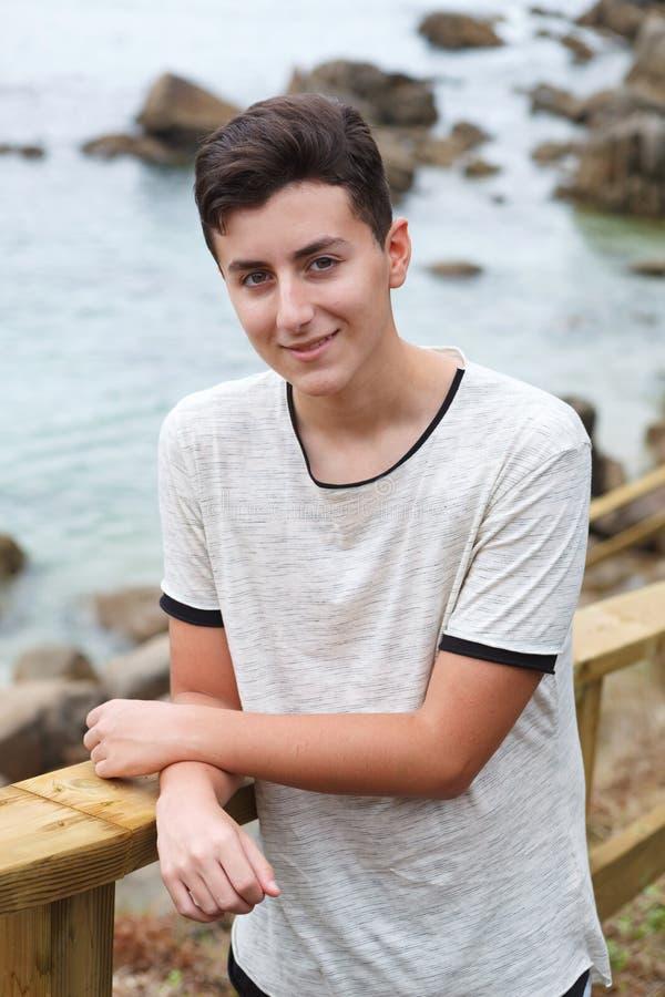 Atrakcyjny nastolatka facet na wakacje obraz stock