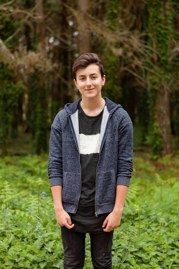 Atrakcyjny nastolatka facet w parku fotografia stock