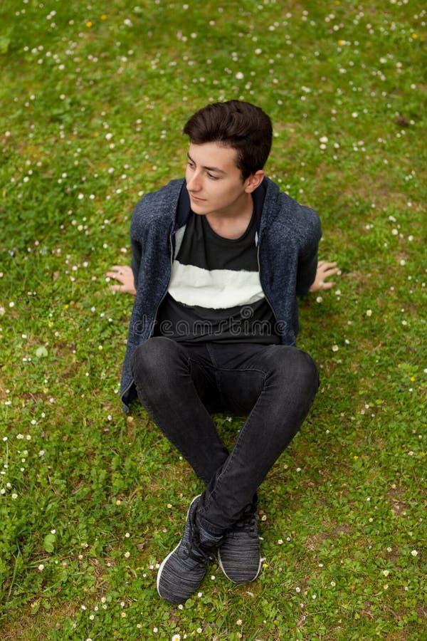 Atrakcyjny nastolatka facet w parku zdjęcia stock