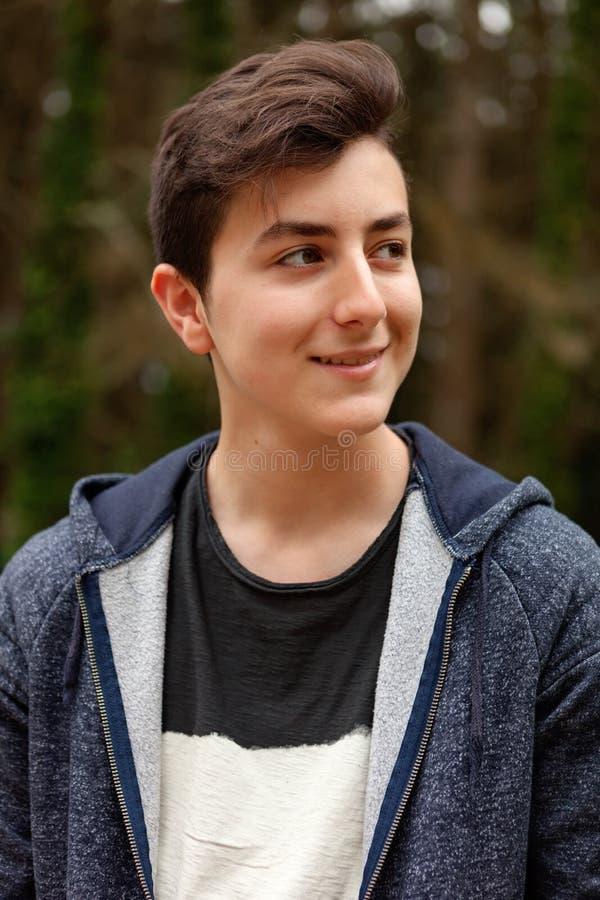 Atrakcyjny nastolatka facet w parku obrazy stock