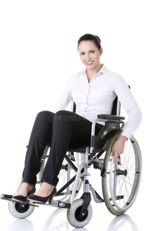 Atrakcyjny ono uśmiecha się niepełnosprawny bizneswoman zdjęcie stock