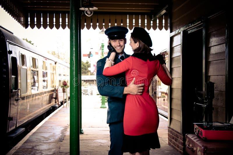 Atrakcyjny para taniec na staci kolejowej platformie z przenośnym dokumentacyjnym graczem zdjęcia royalty free