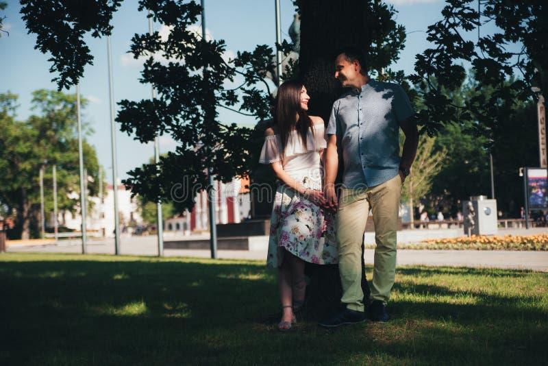 Atrakcyjny pary odprowadzenie w parku katya lata terytorium krasnodar wakacje zdjęcie royalty free