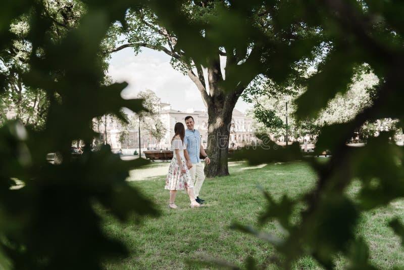 Atrakcyjny pary odprowadzenie w parku katya lata terytorium krasnodar wakacje fotografia royalty free