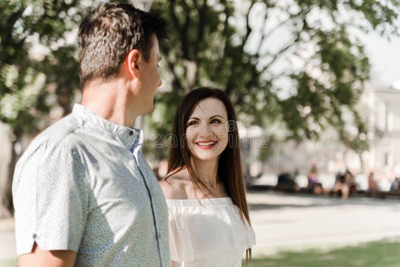 Atrakcyjny pary odprowadzenie w parku katya lata terytorium krasnodar wakacje obraz stock