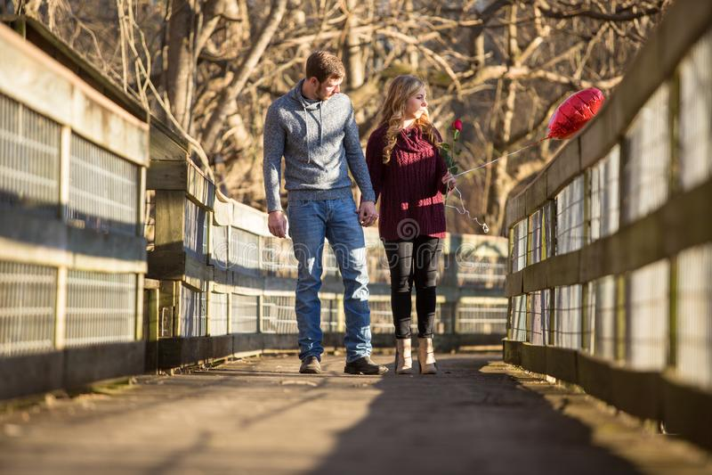 Atrakcyjny potomstwo pary odprowadzenie w kierunku widza zdjęcie stock