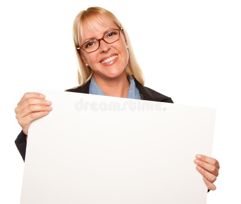 atrakcyjny pusty blondynki mienia znaka biel obrazy stock