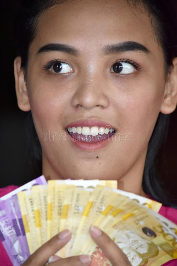 Atrakcyjny Różnorodny Dorosłej kobiety Odliczający pieniądze obrazy stock