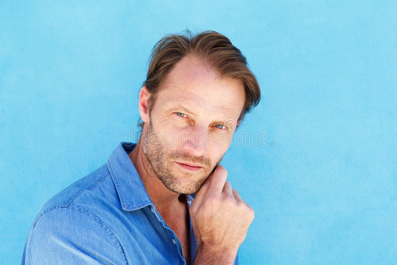 Atrakcyjny samiec modela główkowanie z ręką podbródek obrazy royalty free