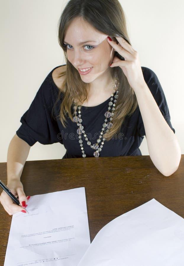 atrakcyjny sekretarki podpisywania ja target3697_0_ zdjęcia royalty free