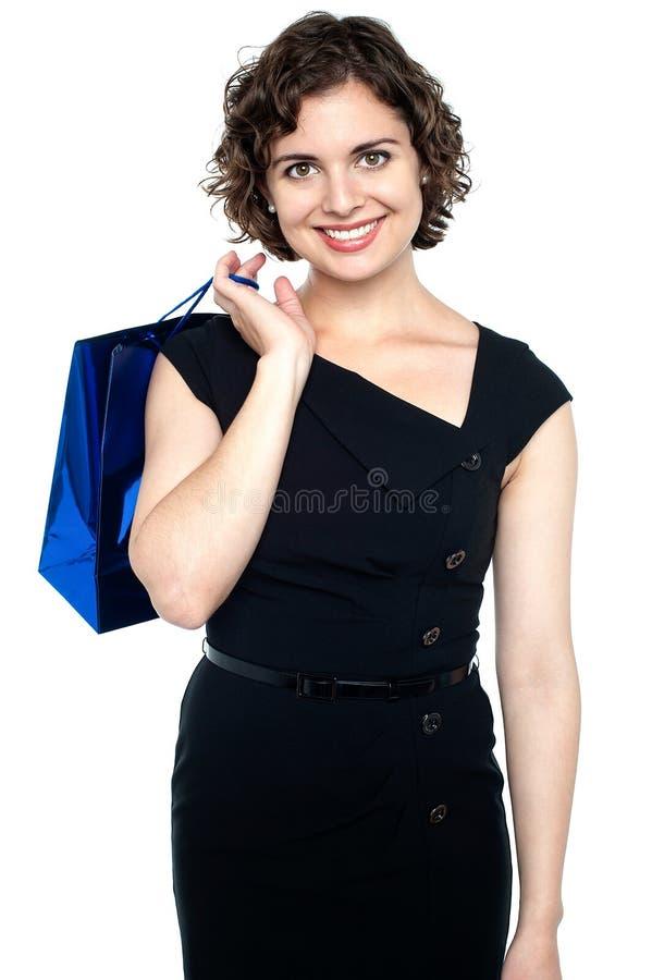 Atrakcyjny shopaholic kobiety przewożenia torba na zakupy obrazy royalty free