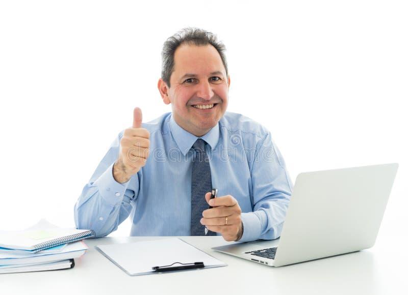 Atrakcyjny szczęśliwy dojrzały caucasian biznesmen pracuje na laptopu czuć pomyślny przy pracą zdjęcie stock