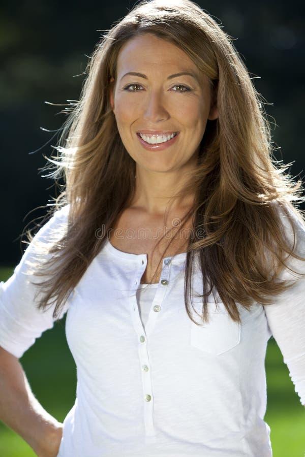 atrakcyjny szczęśliwy trzydzieści jej kobieta zdjęcie royalty free