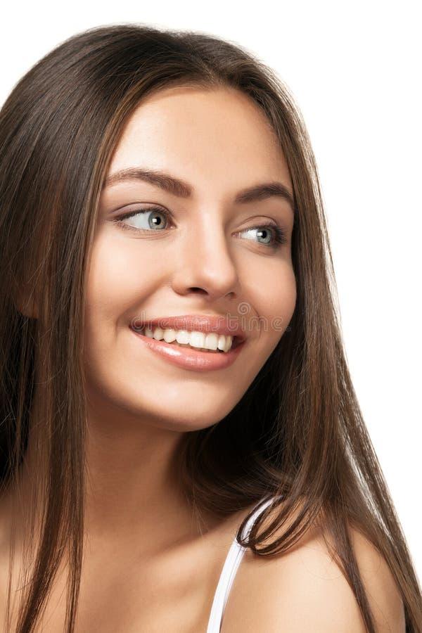 Atrakcyjny uśmiechnięty kobieta portret na białym tle zdjęcia royalty free
