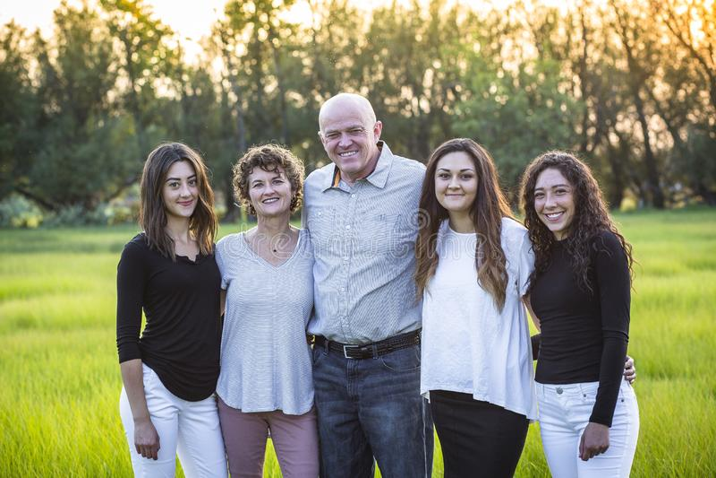 Atrakcyjny Uśmiechnięty różnorodny rodzinny portret outdoors zdjęcia stock