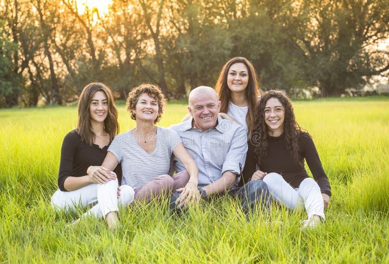 Atrakcyjny Uśmiechnięty różnorodny rodzinny portret outdoors zdjęcie royalty free