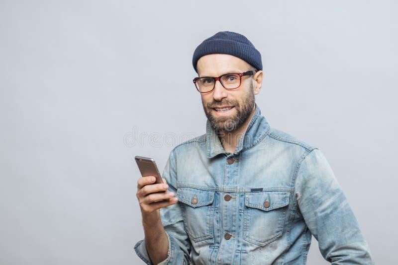 Atrakcyjny w średnim wieku samiec model z szczecina ubierał w fashio obrazy stock