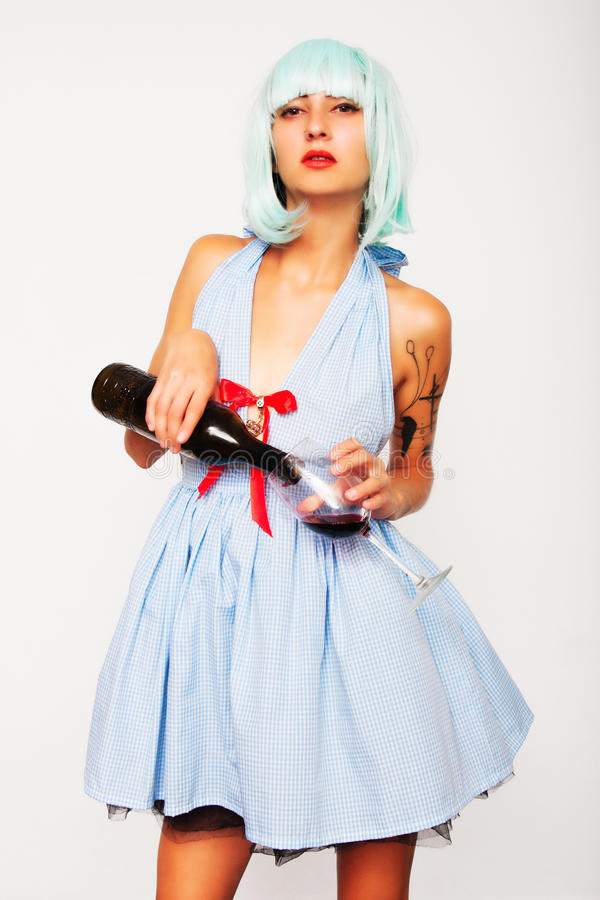Atrakcyjny wzorcowy kobiety dolewania wino w szkle zdjęcie stock
