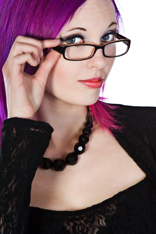 atrakcyjnych dziewczyny szkieł z włosami purpury fotografia royalty free