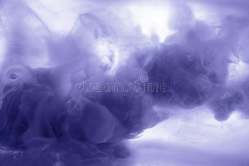 Atrament w wodnej blau dymu akrylowej sztuki kolorowym abstrakcjonistycznym tle odizolowywającym obraz royalty free