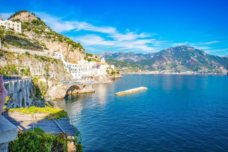 Atrani Vista aerea del villaggio costiero famoso di Atrani situato sulla costa di Amalfi fotografie stock