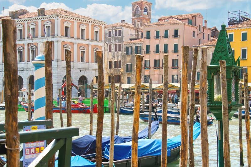 Download Atraque Los Pilares Del Servicio De La Góndola En Grand Canal En Venecia, Foto editorial - Imagen de gondola, sightseeing: 42433221