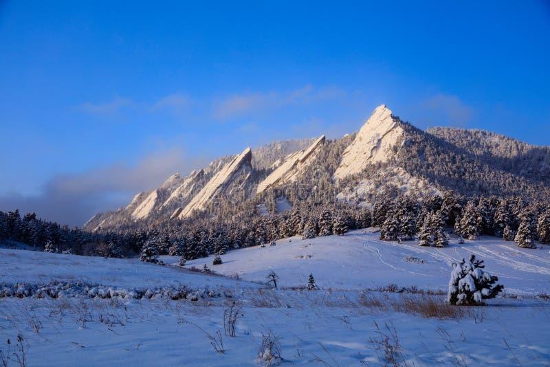 Atrasado - neve nos ferros de passar roupa, Boulder da estação, Colorado, EUA fotos de stock royalty free