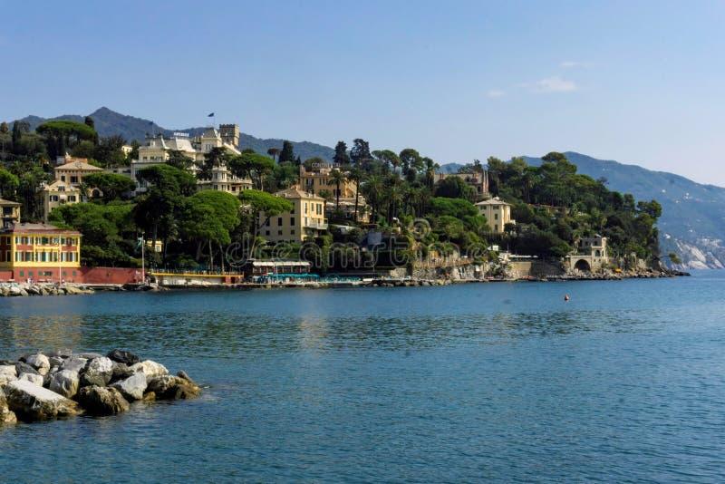 Através da baía em Porto Santa Marcherita Ligure Italy fotografia de stock